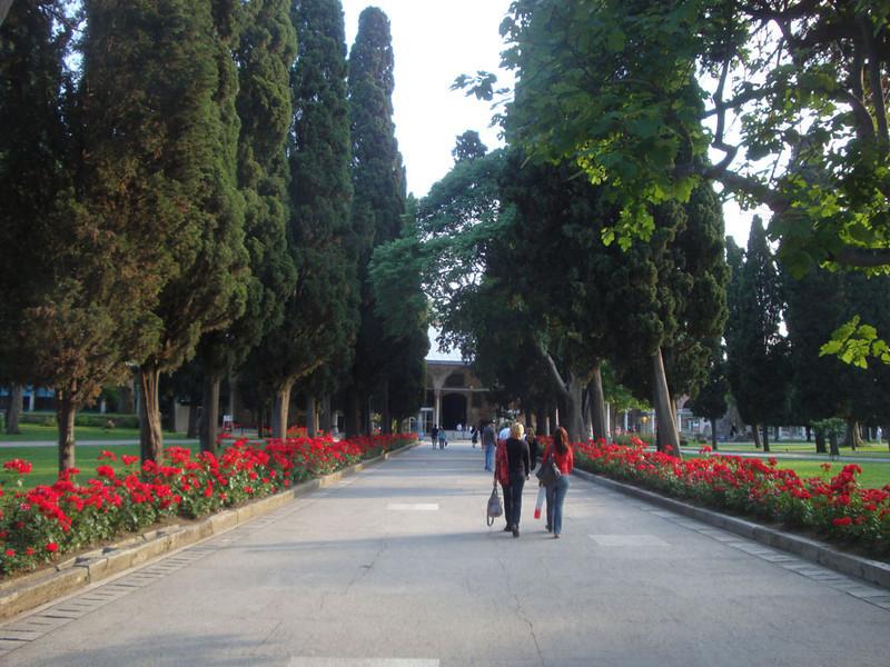 Topkapi Palace garden.JPG