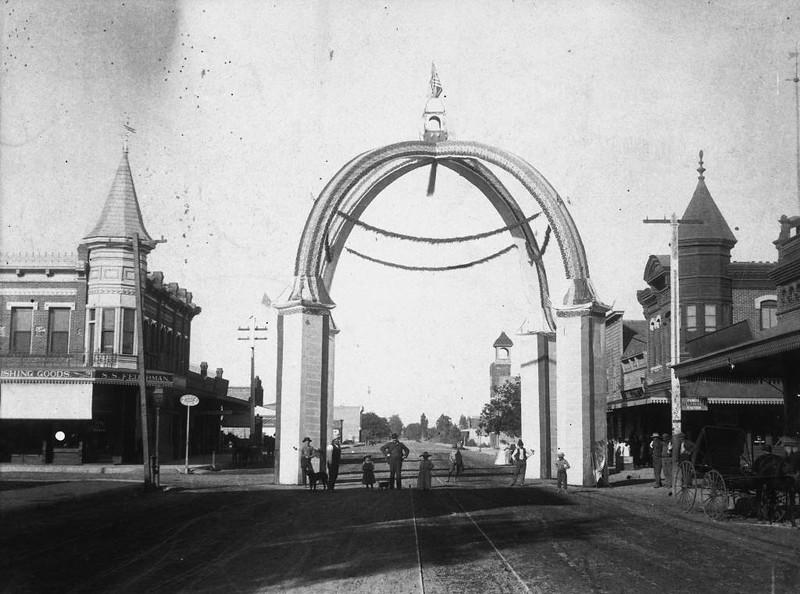 Anaheim-CenterStreet-1892-06-04-FourthOfJuly.jpg