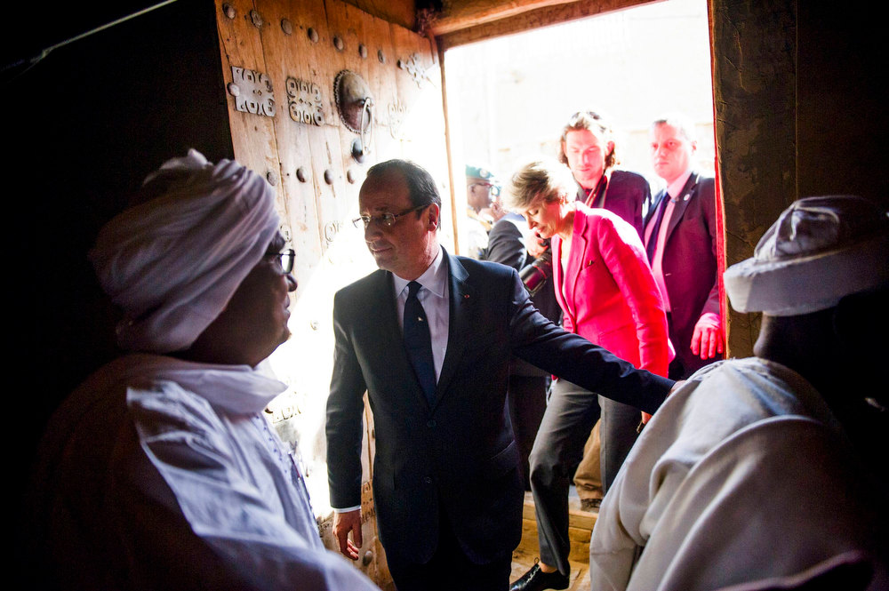 Description of . France\'s President Francois Hollande (C) followed by UNESCO general director Irina Bokova visits the Grand Mosque in Timbuktu, during his one-day visit in Mali, on February 2, 2013. French President Hollande flew to Mali on Saturday to support French troops fighting Islamist rebels in the Sahel nation and he visited the famed ancient city of Timbuktu that was recaptured from al Qaeda-allied fighters six days ago. REUTERS/Fred Dufour/Pool