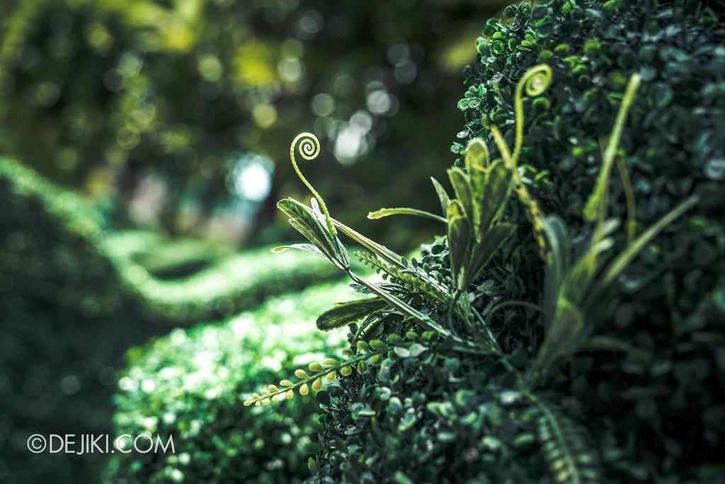 Halloween Horror Nights 7 Before Dark 1 / Happy Horror Days scare zone Easter Garden Maze Hedge closeup