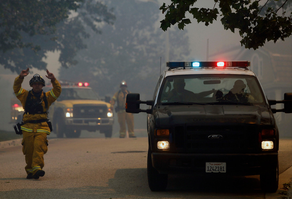 . A firefighter coordinates evacuations as a fast moving brush fire approaches the Newbury Park area of Ventura County May 2, 2013. REUTER/Patrick T. Fallon