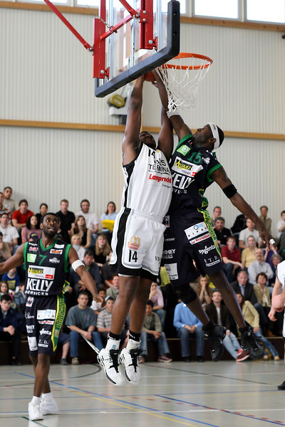 Sport Basketball NLA MŠnner Birstal Starwings  2005/2006Birstal Starwings-BBC Monthey 8.4.2006 Sporthalle BirsfeldenHenderson Ray Nr 14   Birstal StarwingsPoole E. Nr 15  BBC Monthey