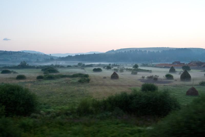 Mlhavé rumunské ráno, foceno z vlaku