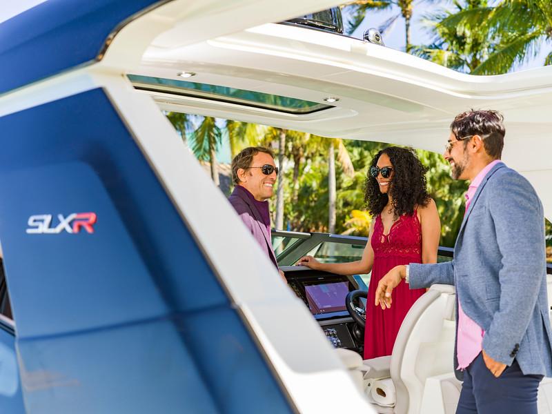 2020-SLX-R-400-e-Outboard-lifestyle-03.jpg