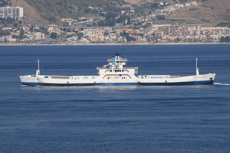 2009 - Double-ended F/B VILLA SAN GIOVANNI sailing from Villa San Giovanni to Messina.