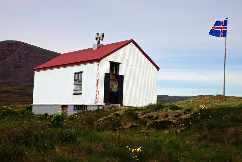 Aðalvík - Sæból. Skólinn. 2010. Villi Valli stendur í dyrunum og bíður eftir að ballið hefjist.