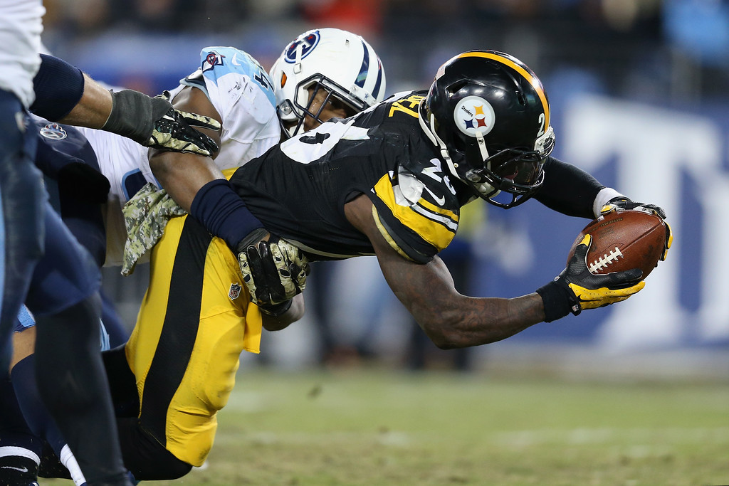 . NASHVILLE, TN - NOVEMBER 17:  Le\'Veon Bell #26 of the Pittsburgh Steelers reaches for a touchdown against the Tennessee Titans in the third quarter at LP Field on November 17, 2014 in Nashville, Tennessee.  (Photo by Andy Lyons/Getty Images)