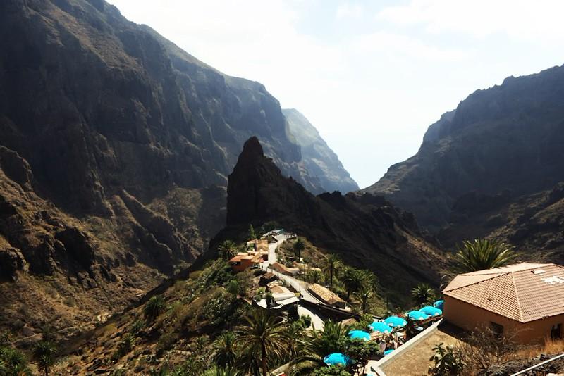 """Masca s výrazným ostrohem. Masca samotná je rozptýlená na poměrně velkém území a tvoří ji spíše shluky roztroušených domů, není to tak úplně klasická vesnice, jak je známe. S ohledem na krajinu kolem se jí také občas říká """"španělské Machu Picchu""""."""