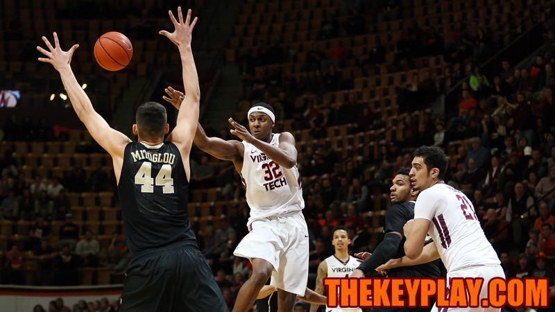 Zach Leday (32) fires off a pass to the corner. (Mark Umansky/TheKeyPlay.com)