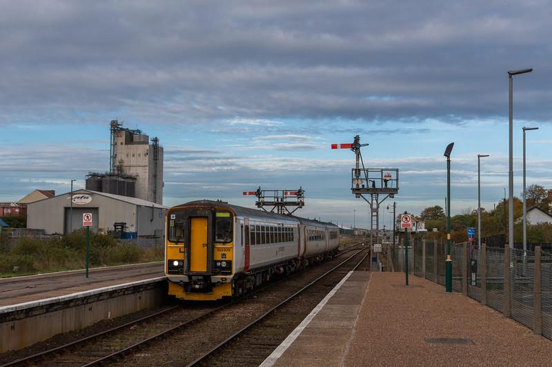 153309 & Class 156 arrive at Lowestoft