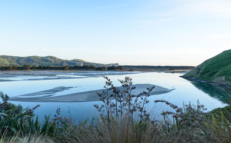 Kaimata lodge: het uitzicht vanaf ons terras over de baai om 06:15 uur.