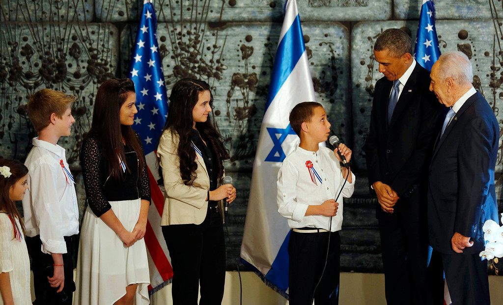 . U.S. President Barack Obama (2nd R) and Israel\'s President Shimon Peres (R) listen to 13-year old Daniel Pruzansky sing after Obama signed the guest book in Jerusalem, March 20, 2013.    REUTERS/Larry Downing