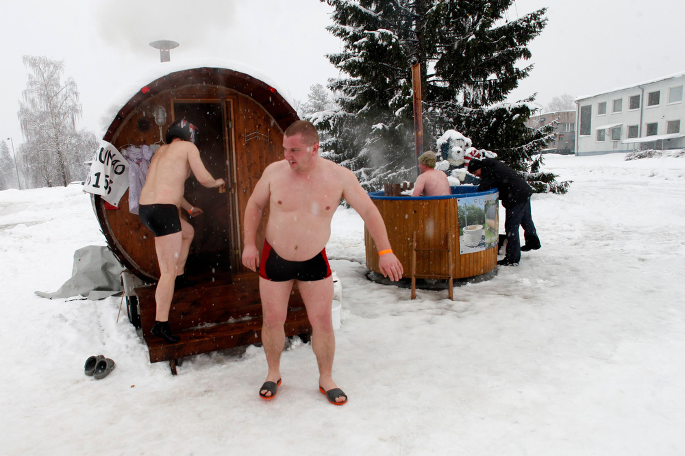 . REFILE - CORRECTING COUNTRY IN BYLINE   People visit a mobile sauna during the European Sauna Marathon in Otepaa February 10, 2013. More than 600 participants took part in the event by visiting 20 saunas with a total distance of over 100 km (62 miles). Picture taken February 10, 2013.  REUTERS/Ints Kalnins (ESTONIA - Tags: SOCIETY)