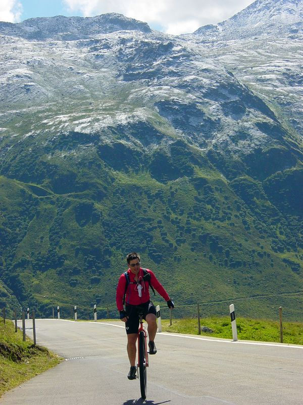 [DS] August 8 (39km/1497m):Another big climb to the top of Furka Pass (2431m) with lots of fresh snow from yesterday.  Maps/GPS/Heart rate: at Motionbased in GoogleEarth at Google Maps