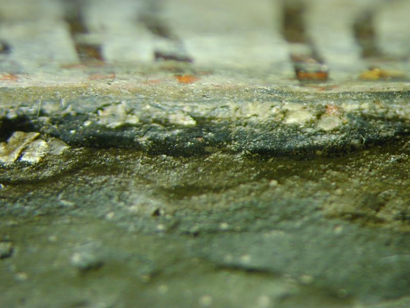 Zwischenzustand: Hegner Altar, Urban, Makroaufnahme der Schichtenabfolge am Gewandinnenseite. Unterste farbige Schicht ist ein Dunkelblau, darauf folgen 3 verschiedene Grüns. Durch die erste grüne Schicht auf dem Blau läuft das selbe Krakelee AAF_0030_01-01-1999