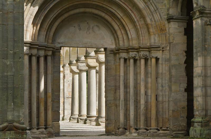 Paulinzella: Blick aus Vorhalle im Osten auf Säulenportal
