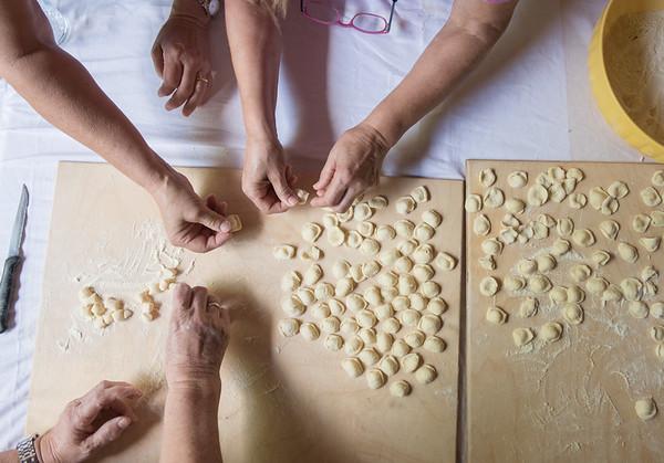 Mani in pasta / laboratori di autoproduzione collettiva di pasta