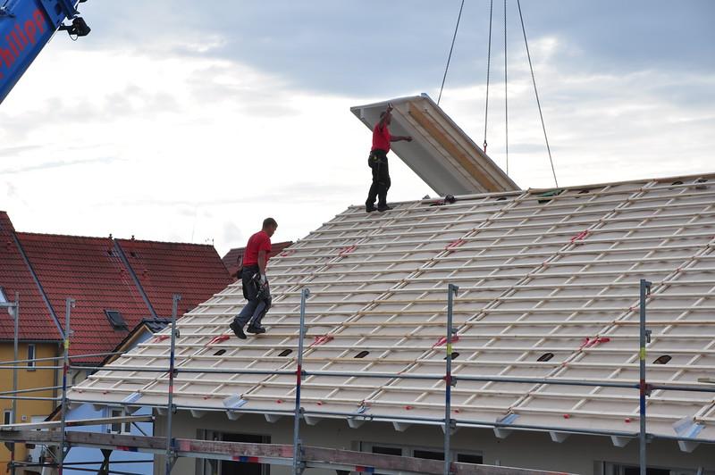 Schon wird das letzte Dachteil gesetzt. Genug für den ersten Tag.