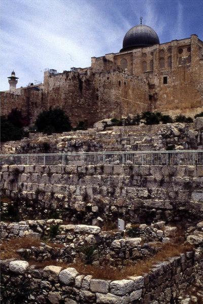 Al Aksa-moskeens kuppel troner over tempelmuren ned mot Hinnon-dalen. Men hvor ble gullskinnet av? (Foto: Geir)