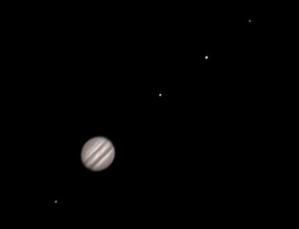 Zleva Europa, Jupiter, Io, Ganymede, Callisto. Olomouc 23.2.2014 cca. 23:50. SkyWatcher 130/650, MS Lifecam Studio. Kompozit dvou stacků s různými expozicemi.
