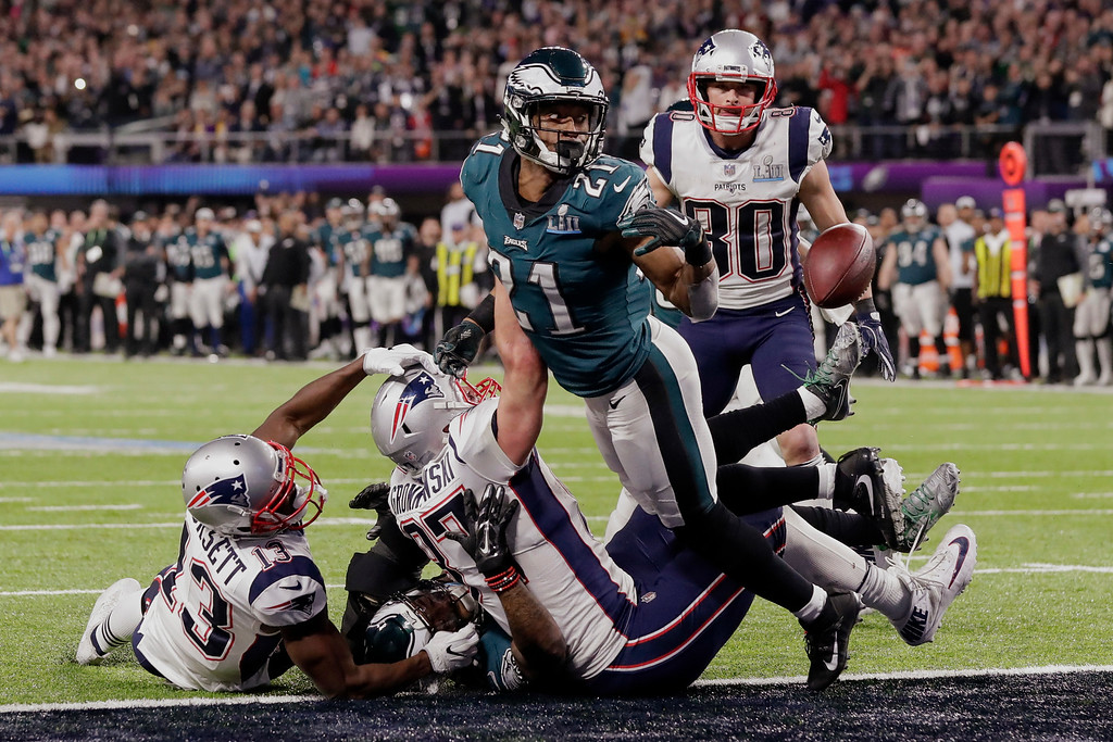 . Philadelphia Eagles cornerback Patrick Robinson (21) looks at the loose ball, during the second half of the NFL Super Bowl 52 football game against the New England Patriots, Sunday, Feb. 4, 2018, in Minneapolis. The Eagles won 41-33. (AP Photo/Tony Gutierrez)