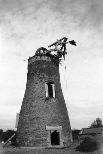 Spaldwick windmill (August 1933). Copyright University of Kent Special Collections. Permission has been given for its display. The photo comes from the Muggeridge Collections for mill photographs. For more information, visit http://www.kent.ac.uk/library/specialcollections
