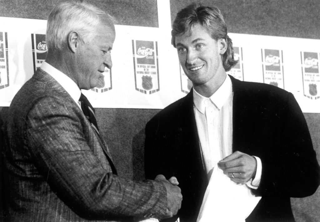 . Gordie Howe and Wayne Gretzky shake hands during press conference on 10/11/89.  L.A. Daily News file photo
