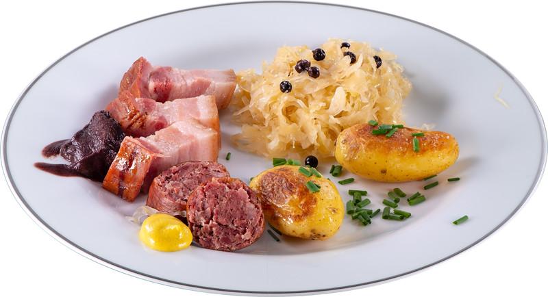 Speck, Saucisson, Sauerkraut, und Kartoffeln