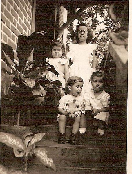 1949 Ana Maria Sobral (Ani), a Maria de Lurdes Rodrigues (Lhulha), Jorge Mendonça Santos e irmã Tininha