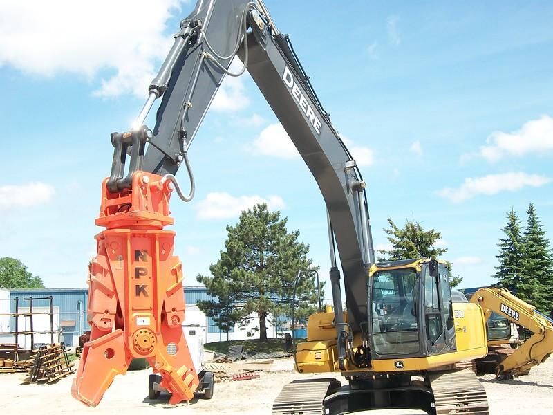 NPK M28G concrete pulverizer on Deere excavator (2).jpg