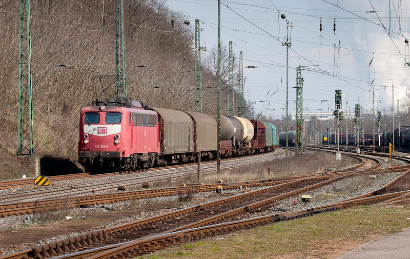 140 210 leads a Belgium-bound mixed freight through Stolberg. The catenary supports have since been changed to individual masts making this view very unattractive.