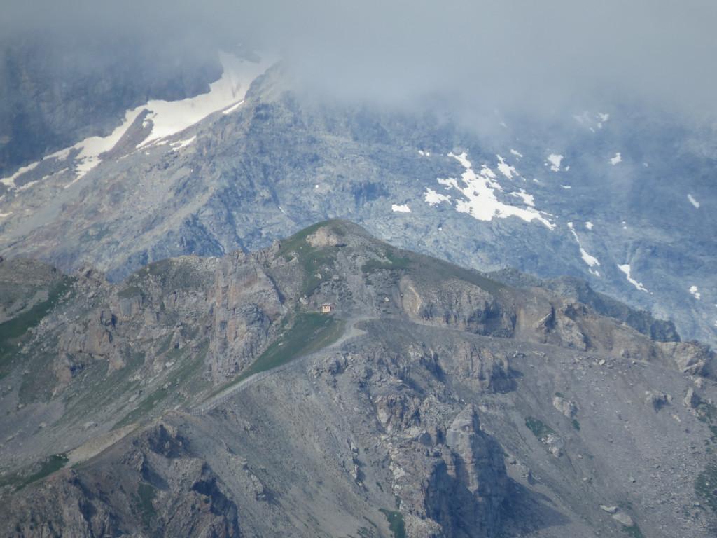 Na jaren reizen begin je plots ook aan de overkant van de vallei routes te herkennen. Hier het skigebied van Serre Chevalier boven Briançon. Het skihutje zie je ook in de volgende foto