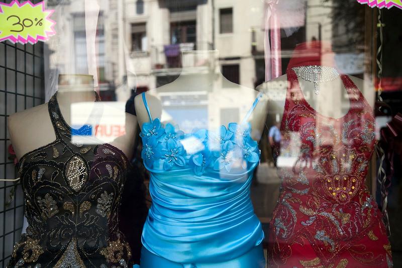 Escaparate de una tienda magrebí de trajes de bodas, calle Hospital, barrio del Raval, Barcelona