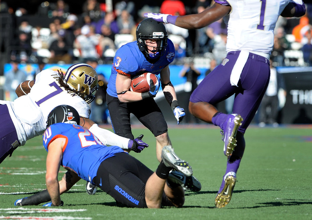 Description of . Boise State's Chris Potter (3) looks for an opening during first half of the MAACO Bowl NCAA college football game against Washington, Saturday, Dec. 22, 2012, in Las Vegas. (AP Photo/David Becker)