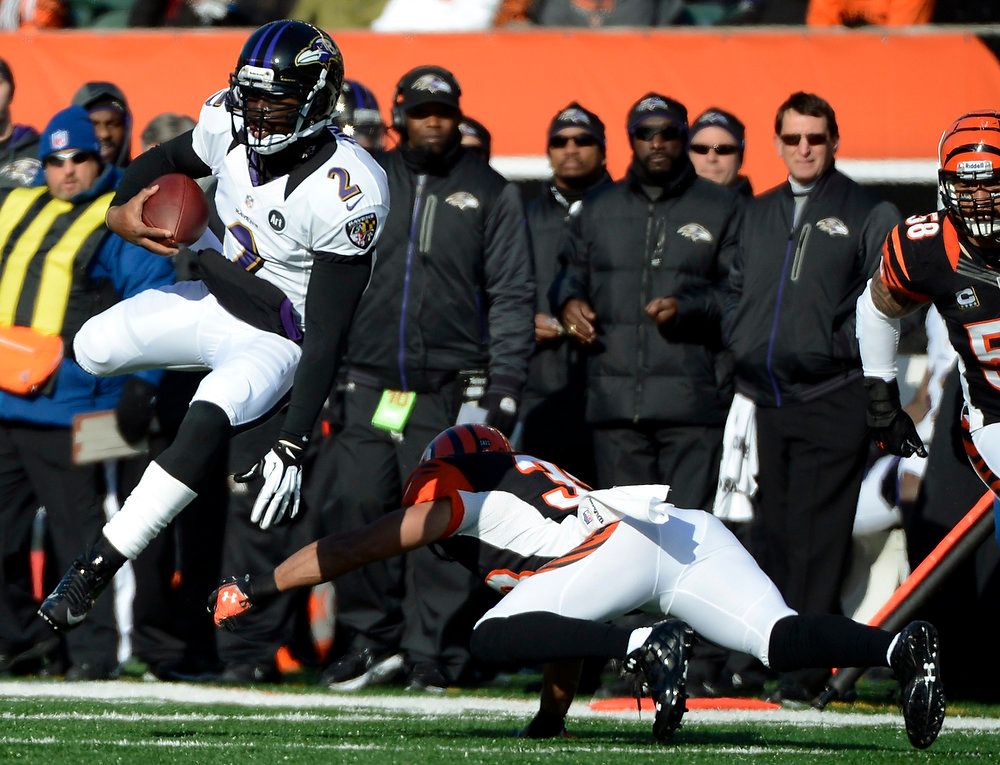 Description of . Baltimore Ravens\' Tyrod Taylor (2) avoids a tackle by Cincinnati Bengals strong safety Chris Crocker (33) in the first half of an NFL football game, Sunday, Dec. 30, 2012, in Cincinnati. (AP Photo/Michael Keating)
