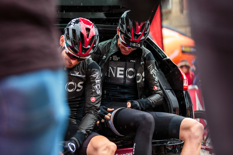 Chris Froome putting leg warmers on
