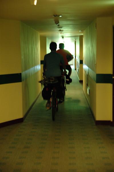居然在福華房間走廊騎車,飯店要是知道應該會後悔答應讓我們把腳踏車搬進房間