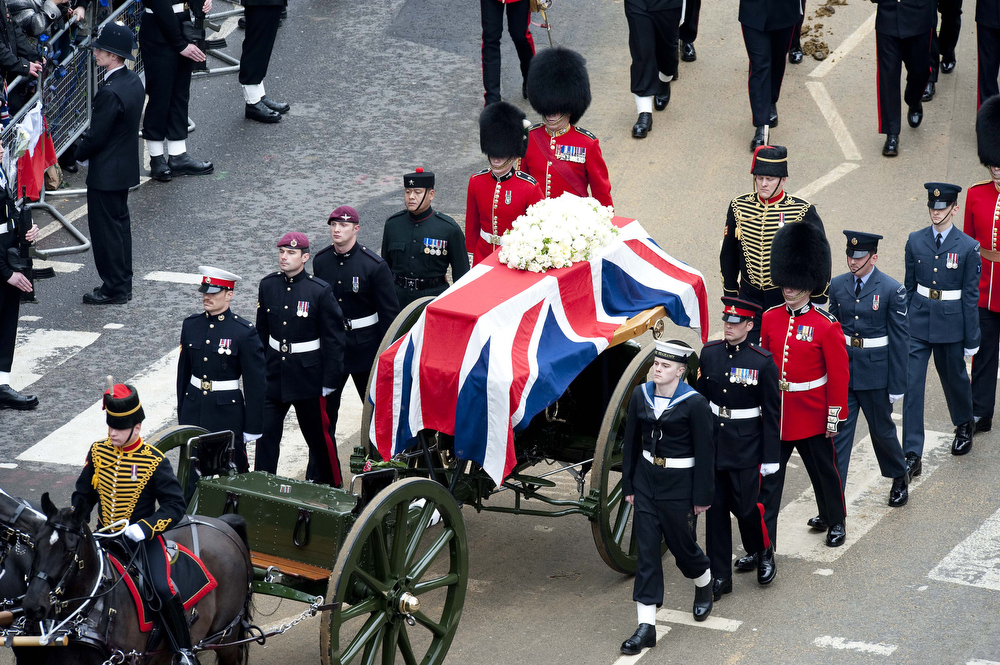. The funeral cortege carrying the coffin of former British Prime Minister Margaret Thatcher passes along Ludgate Hill towards St Paul\'s Cathedral on April 17, 2013 in London, England. Dignitaries from around the world today join Queen Elizabeth II and Prince Philip, Duke of Edinburgh as the United Kingdom pays tribute to former Prime Minister Baroness Thatcher during a Ceremonial funeral with military honours at St Paul\'s Cathedral. Lady Thatcher, who died last week, was the first British female Prime Minister and served from 1979 to 1990. (Photo by David Crump - WPA Pool/Getty Images)