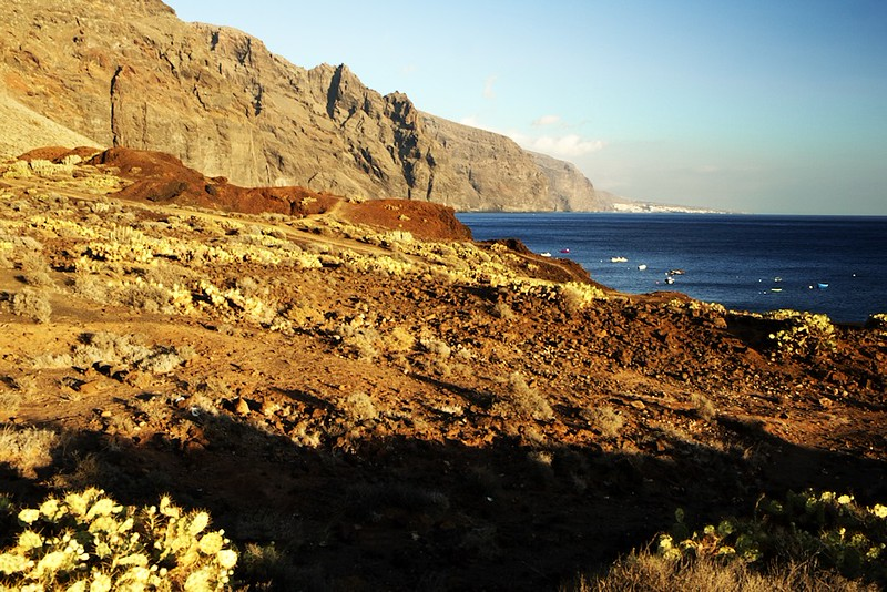 Pobřeží u Punta de Teno a pohled na útesy Los Gigantes ze severozápadu. V dáli Puerto de Santiago.