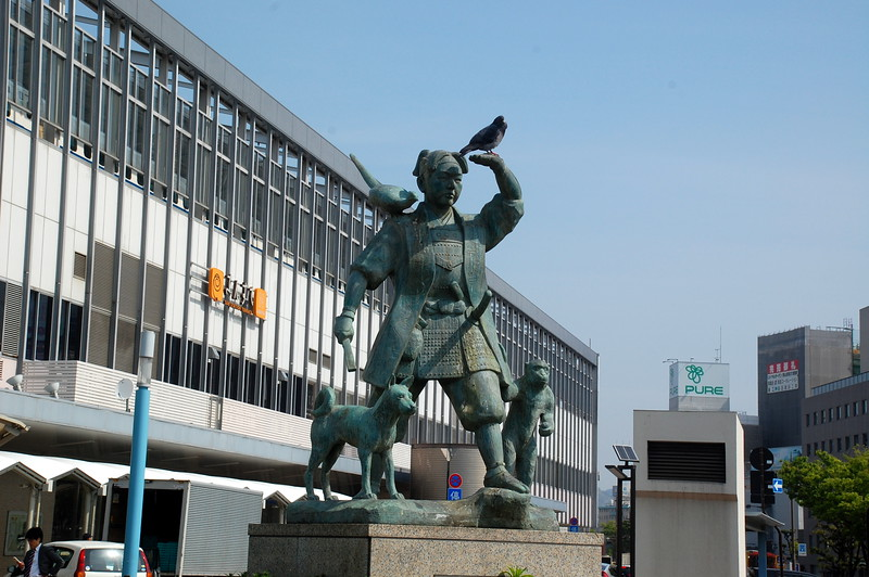 Statue of Momotarō