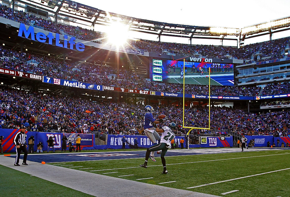 Description of . Rueben Randle #82 of the New York Giants catches a touchdown against  Nnamdi Asomugha #24 of the Philadelphia Eagles during their game against the at MetLife Stadium on December 30, 2012 in East Rutherford, New Jersey.  (Photo by Al Bello/Getty Images)