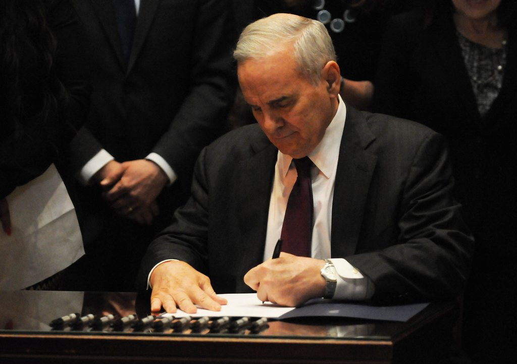 """. <p>4. MINIMUM WAGE <p>Big increases seem like a great idea, unless you�re one of the folks laid off because of them. (unranked) <p><b><a href=\'http://www.twincities.com/politics/ci_25565648/gov-dayton-signs-minimum-wage-bill-into-law\' target=\""""_blank\""""> HUH?</a></b> <p>    (Pioneer Press: Scott Takushi)"""