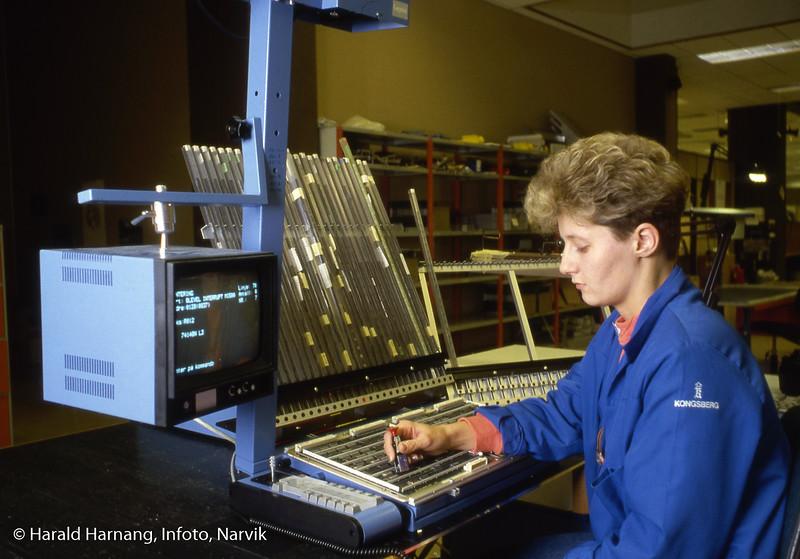 Norsk forsvarsteknologi, NFT, optisk assistert elektronikk-montasje. Lysdiose peker på hvor delen skal monteres. Hele kretskortet gikk senere inn i loddemaskin.