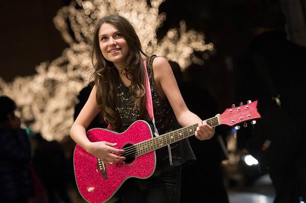 Elle Winter guitar