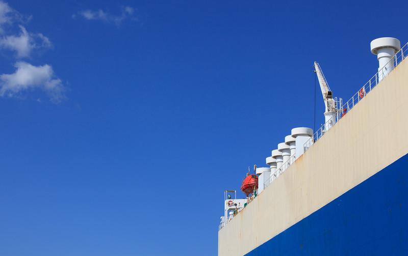 Autotransporter in Hamburg mit blauem Himmel Detailaufnahme