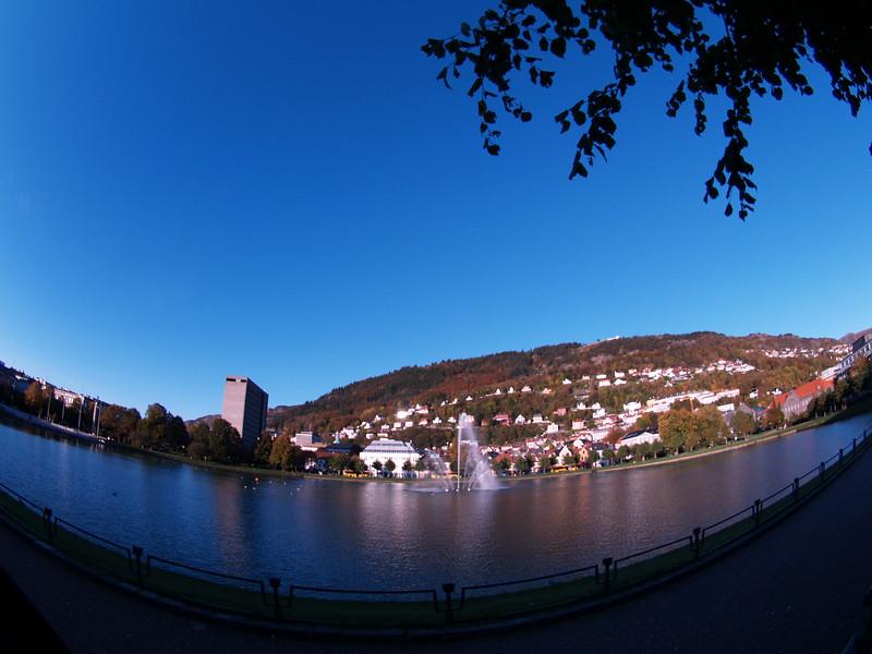 Lille Lundegårdsvann, Bergen, like etter solnedgang.  Little Lundegårds pond, Bergen, just after sunset. Zuiko 8mm (16mm 35mm SLR equivalent) Version 2 (Foto: Geir)