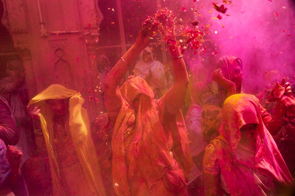 . Indian Hindu widows smeared with colors play Holi, the Hindu festival of colors, at the Gopinath temple, in Vrindavan, 180 kilometers (112 miles) south-east of New Delhi, India, Thursday, March 9, 2017. (AP Photo/Bernat Armangue)