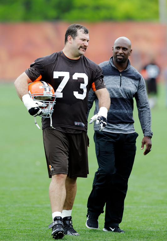 . Cleveland Browns tackle Joe Thomas (73) walks off the field after an off-season practice at the NFL football team\'s facility in Berea, Ohio Wednesday, May 21, 2014. (AP Photo/Mark Duncan)