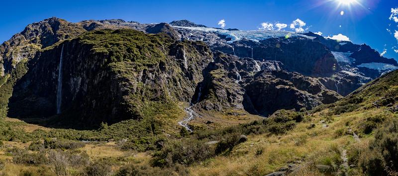 Panorama vom oberen Aussichtspunkt des «Rob Roy Glacier Valley Track»: links der 300 Meter hohe Wasserfall, oben der Gletscher «Rob Roy»
