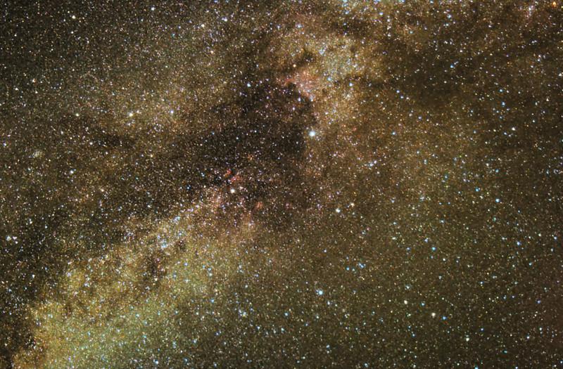 """Pohled do Mléčné dráhy směrem do souhvězdí Labutě (mírně nahoru doprava od středu snímku je hvězda Deneb, po úhlopříčce od ní nalevo dolů po směru Mléčné dráhy pak hvězda Sadr, od které pravoúhle na obě strany míří """"křídla"""" labutě a její natažené tělo pak směřuje dál po směru Mléčné dráhy na opačnou stranu od Denebu). Park pod Teide, Tenerife. 8x2 min ISO 1600, Canon 350D nemodifikovaný, Pentacon 135mm f/2.8 @ f/4, montáž Astro 3. To, že celá fotka nakonec i přes tak málo expozic dopadla alespoň takhle (jakkoliv je hodně špatná), je důkazem o kvalitě oblohy na Tenerife (a také trochu o schopnostech dnešních fotoaparátů a astrofotografických programů)."""